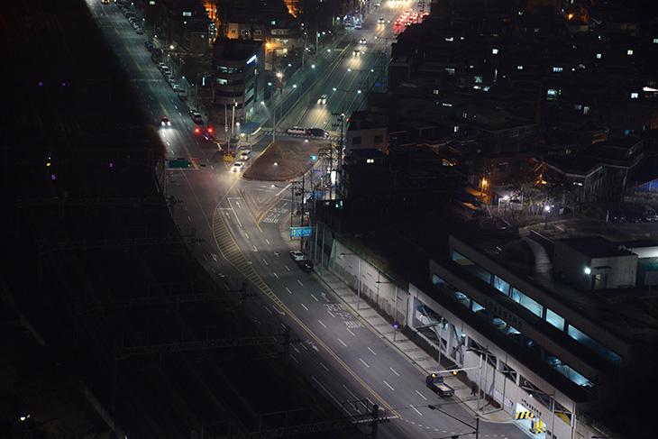 니콘 D800 야경, D800 야경, D800 ISO, 니콘, nikon, ISO 테스트, 건물, 옥상, 카메라, 사진, IT, 니콘 D800 야경 촬영을 위해서 건물 옥상으로 올라갔습니다. 저녁을 먹고 약간 몸이 따뜻해진 상태로 올라가서인지 바람이 시원하네요. 이 카메라로 사진을 찍어보면서 가장 마음에 들었던 부분이 저조도에서 상용 감도가 꽤 높다는 점 이었는데요. 그런 이유로 니콘 D800 야간 사진을 찍어봐야겠다고 마음을 먹고 몇 컷 찍어봤습니다. 그런데 카메라를 한대만 들고 있던터라 D800 사진은 정작 폰으로 찍어서 사진에 노이즈가 많이 보이네요. 스마트폰과 니콘 D800의 차이도 간접적으로 볼 수 있을듯합니다. D800은 3630만 화소의 센서를 탑재하고 있으므로 사진을 필요한 부분을 잘라내기를 하더라도 꽤 괜찮은 사진을 얻을 수 있었습니다. 이번에 야간 촬영을 할 때에도 삼각대를 쓰지 않고 건물 위에 있는 다른 물체에 걸쳐서 사진을 찍었는데요. 그 바람에 필요없는 피사체도 사진에 어느정도 들어갔는데 그부분은 크랍을 해서 잘라내기를 했습니다. 그렇게 해도 사진은 꽤 괜찮네요.