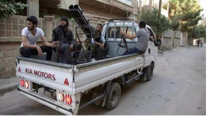 중동의 전장을 휘젓고 다니는 국산 1톤트럭의 위용11