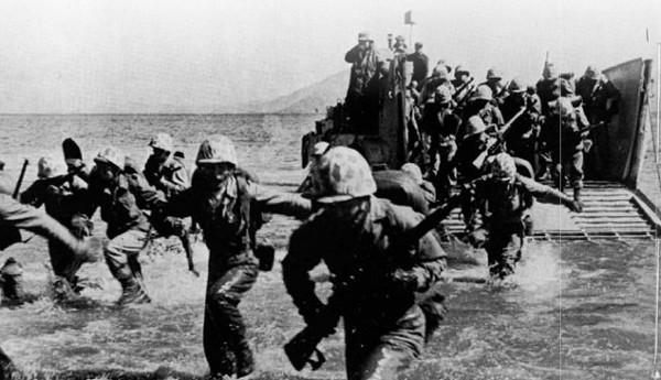 사진: 인천의 갯벌에 상륙 중인 해병대의 모습. 인천상륙작전 이후 북한군은 허리가 잘려서 보급과 지원군을 받지 못하고 무너졌다. 6.25전쟁에서 서울 수복과 평양 점령, 압록강 진격은 인천상륙작전의 힘이기도 하다.