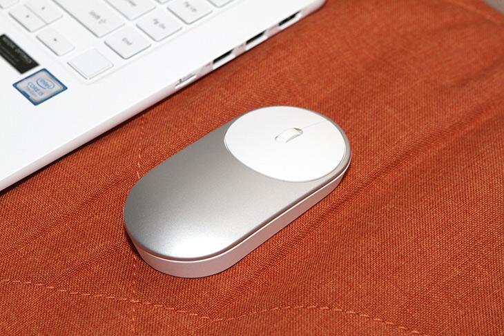 샤오미 마우스, 블루투스, 2.4GHz 무선 방식, 모두 지원하는 마우스,IT,IT 제품리뷰,디자인을 보고 저는 처음에 우려했었는데요. 인체공학적은 아니니까요. 샤오미 마우스 블루투스 2.4GHz 무선 방식 모두 지원하는 마우스를 실제로 써보니 휴대용으로 쓰기에는 괜찮은 마우스 였습니다. 샤오미 마우스는 두가지 방식 모두 다 지원하므로 노트북에 연결시 편리하긴 했습니다. 높이는 꽤 낮은 마우스 입니다. 덕분에 노트북 가방등에 넣고 다니기에는 괜찮았습니다. 물론 그립감은 그렇게 좋지는 않네요.