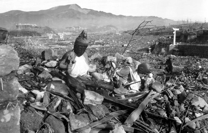 사진: 1945년 원자폭탄이 투하된 뒤 폐허가 된 나가사키 시의 모습. 군함도의 생존자들은 나가사키로 파견되어 청소를 했다. 방사능이 잔뜩 퍼져 있는 나가사키는 하시마섬에서 살아남은 조선인들에게 또 하나의 군함도의 진실이다. [군함도 생존자의 실화]