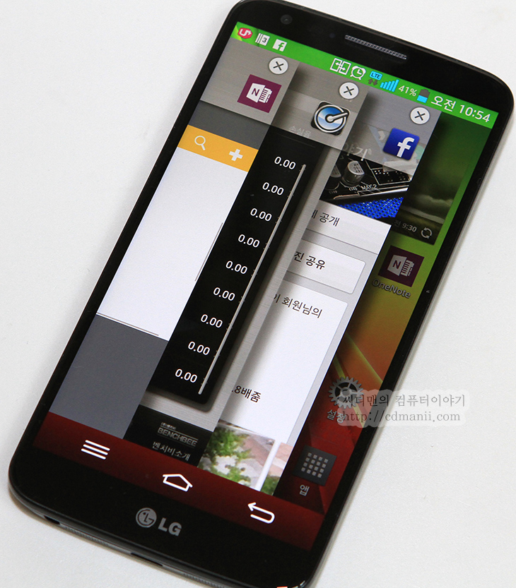 옵티머스 G2 리뷰, 옵티머스 G2 사용기, 옵티머스 G2 후면버튼, 옵티머스 G2 OIS, OIS, 리뷰, 후기, 사용기, 단점, 장점, 노크온, 캡처 온, 캡처온, 스마트폰,옵티머스 G2 리뷰 사용기를 드디어 올리네요. 시간이 좀 걸렸습니다. 참고로 단점 장점에 대해서 설명한 동영상이 아래에 있으니 길더라도 꼭 보시기 바랍니다. 처음에 옵티머스 G2 사용을 해볼 때 파격적인 부분은 가장자리에 버튼이 없다는 점입니다. 대부분 스마트폰이 가장자리에 버튼이 있던것을 뒤로 옮겨버렸죠. 이런 이유로 옵티머스 G2 단점도 생깁니다. 반대로 장점도 있구요. 제가 벌써 왜 이런이야기를 하느냐 하면 써보니 느껴지는 부분들이 있었기 때문입니다. 참고로 카메라 기능에는 대폭 변화가 있었고 OIS를 사용할 수 있는가하면 화소는 그대로이지만 기능이 충실해졌습니다.  처음 만져보고 가장자리에 버튼이 모두 뒤로가서 당황을 했지만 곧 적응을 했습니다. 하지만 적응을 해도 한가지 불편한점이 있었으니 처음에 화면을 켤 때후면의 전원버튼을 누르려면 볼륨버튼과 함께 전원버튼이 쉽게 눌립니다. 다만 전원을 켤 때에는 같이 버튼이 눌리더라도 켤 수 있습니다. 다만 화면을 끌 때에는 볼륨버튼과 전원버튼이 바짝 붙어있어서 같이 누르기가 쉬웠습니다. 그러면 화면이 꺼지지 않습니다. 손가락 끝으로 전원버튼만 잘 눌러야하는게 이게 불편하더군요.  하지만, 화면을 끄고 켜는데 좀 더 특별한 방법을 넣어두었습니다. 노크온이라는 기능인데요. 화면을 두번 두드리면 화면이 켜지고 화면을 다시 두번 두드리면 화면이 꺼지게 됩니다. 사실 이게 익숙해지면 후면에 전원버튼을 누를일이 없긴 합니다. 그리고 다른 스마트폰에서도 따라할만한 기능이라고 느껴질정도로 괜찮다는 느낌도 받게 되구요. 다만 배터리가 더 빨리 떨어지지 않을까 걱정은 했지만 배터리 수준은 평균이상이긴 했습니다.  그립감 부분에서는 가장지리를 좀 더 많이 깍아놓아 각도가 완만하게 해두었습니다. 덕분에 기본 형태만으로의 그립감은 괜찮은 편입니다. 다만 너무 깍아둔건 아닌가 하는 느낌은 처음에 조금 있었습니다. 손가락에 닿는 부분이 너무 좁기 때문이죠. 이렇게 가장자리 부분을 좁게 만들기 위해서 버튼을 후면으로 옮긴게 아닌가 하는 생각은 듭니다.  그럼 지금부터 옵티머스 G2 리뷰를 시작해보도록 하겠습니다. 단점과 장점 자세히 알아보도록 하죠.