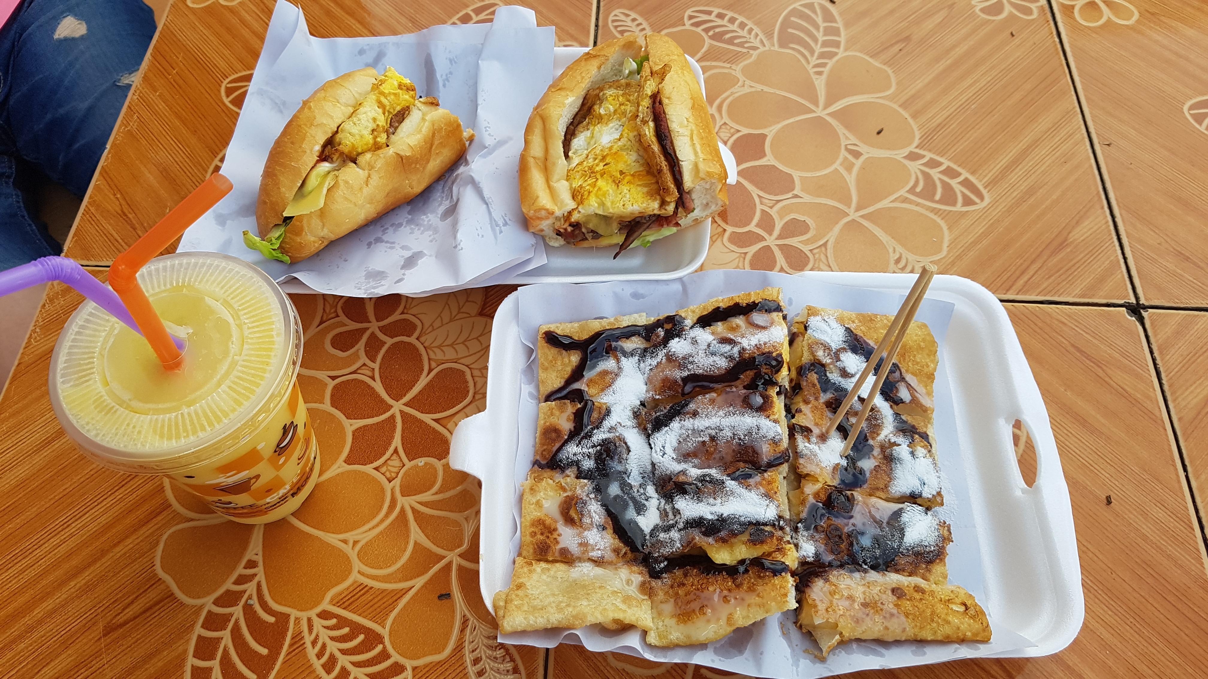 1일 1 바게뜨, banana nutella, beef bacon omelet cheese garlic sandwich, Burger, fruit shake, pan cake, pancake, Sandwich, Shake, [라오스] 방비엥 단골 바게뜨 노점 - 폿이모네~, 가게, 가격, 계란, 과일 쥬스, 관광객, 기름, 꽃보다 청춘, 꿀팁, 노란 망고, 노점, 누텔라, 단골, 닭고기 튀김, 동영상, 라오스, 마늘, 마요네즈, 망고, 망고 쉐이크, 망고 쉐이프, 망고 쥬스, 메뉴, 모듬 샌드위치, 모를렛, 밀가루 반죽, 바게뜨, 바게트, 바게트 노점, 바삭, 방비엥, 버거, 베이컨, 부드러운 바게뜨, 비싼, 사바이디, 사이드 샷, 상술, 샌드위치, 세부 메뉴, 소고기, 소스, 슈가 파우더, 안정, 야채, 양파, 오믈릿, 완성, 요기, 용돈, 이쁜 모자, 일일 일바게뜨, 장사속, 장사수완, 장삿속, 재료, 재료 종류, 전설의 바게뜨, 점심 식사, 정체성, 지글지글, 참새 방앗간, 초코시럽, 초코잼, 추천, 출연집, 치즈, 치킨, 치킨 바게뜨 샌드위치, 케첩, 코코넛, 코코넛 밀크, 코코넛 슈가, 코코넛 파우더, 퀄리티, 파란 망고, 파인애플 쥬스, 패티, 팬, 팬 케이크, 팬케이크, 폿, 폿 이모, 폿이모, 푹신푹신, 프로, 한국말, 한글, 호텔, 홍보문구, 후식