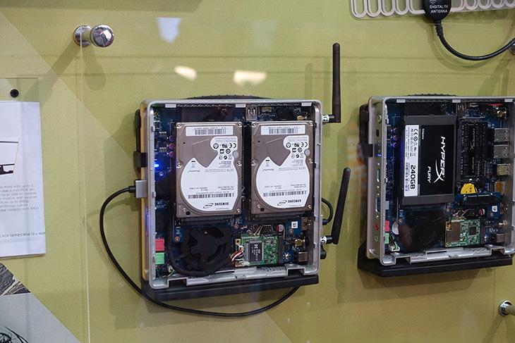 컴퓨텍스 2015 조텍, 6세대, 미니PC, GTX 980ti, 신제품,타이탄X,코어M,작은피씨,미니피씨,IT,IT 제품리뷰,후기,사용기,컴퓨텍스,computex,컴퓨텍스 2015 조텍 부스에 들렀었는데요. 6세대 미니PC GTX 980ti 신제품 등 다양한 제품을 볼 수 있었습니다. 볼거리가 상당히 많았는데요. 압축해보면 미니PC와 GTX980ti 그리고 타이탄X 였는데요. 작아서 들고다니느 스틱PC처럼 아주 작은 컴퓨터도 나와있지만 컴퓨텍스 2015 조텍에서는 사양을 높이면서도 작은 컴퓨터 그리고 디자인도 살린 형태의 제품들이 많이 출시가 되어있었습니다. DP포트를 4개나 넣어서 4K 디스플레이를 4개나 띄울 수 있는 모델도 있었고 6세대 CPU를 넣은 SN970 미니PC도 볼 수 있었습니다. 물론 이 신제품은 출시예정으로 아직은 나오진 않았고 여기서는 외형만 볼 수가 있었습니다. 사양이 엄청난 제품들이 컴퓨텍스 2015 조텍 부스에서 많이 나와서 관심이 많이 갔습니다.