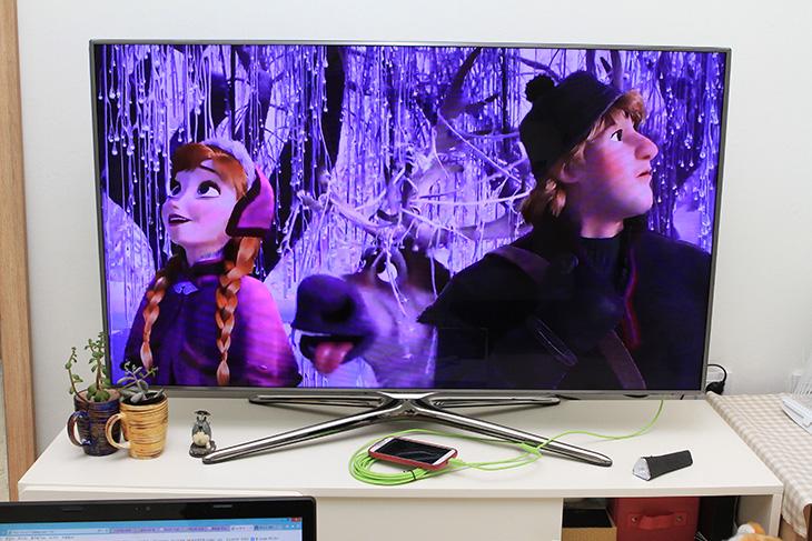 겨울왕국 다시보기, 겨울왕국 다운로드, 겨울왕국 스마트TV, 겨울왕국 HDMI, 겨울왕국, IT, 갤럭시S4, mhl, 겨울왕국 삼성 비디오 허브, 겨울왕국 다시보기를 하는분들이 많죠. 영화관에서 보고 난 뒤에도 다운로드 해서 소장하고 보는분들이 꽤 많습니다. 저도 삼성 비디오 허브에서 구매 후 다운로드 해서 소장용으로 가지고 있습니다. 그런데 생각해보니 스마트폰으로 볼 수 있다면 HDMI 연결로 겨울왕국 다시보기를 할 수 있을듯 하더군요. 연결해보니 잘 됩니다. 물론 좀 악의적인 목적으로 화면을 녹화한다거나 스마트폰에 다운로드 된 파일을 파일로 빼본다거나 하려는 분이 있을텐데 안됩니다. 녹화가 안되고 파일로 빠지지 않지요. 구매를 해야만 합니다. 그리고 불법으로 토렌트로 겨울왕국 다운로드 받는 분이 있는듯한데 법적으로 처벌을 받습니다. 절대로 공식적인 방법으로 구매 후 다운로드를 하시기 바랍니다.