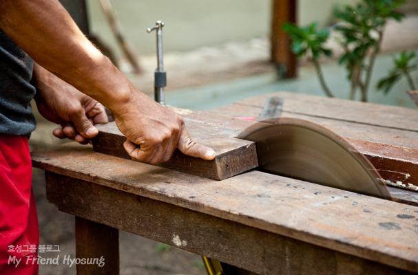 흔히 목재 등을 직선으로 자르기 위해 이러한 테이블 톱을 사용하곤 합니다.