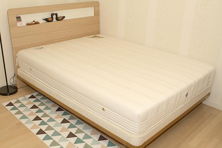에이스침대, 투매트리스 ,DT2, (DUO TECH2), LQ, BMA 1086-N, 최고,ACE,에이스,침대,듀오테크2,결혼 준비를 하면서 구매했던 침대를 이제서야 좀 정확하게 적어보려고 합니다. 확실히 침대는 누워보고 확실히 써봐야 정확하네요. 에이스침대 투매트리스 DT2 (DUO TECH2) LQ BMA 1086-N 최고 였습니다. 처음 이렇게 비싼 침대를 사봤었는데요. 구매할 때 가격이 좀 비싸서 고민을 많이 했지만 그래도 한번 사면 오래 쓰는것이니 좋은것 사자고 해서 할부로 질렀던 기억이 있네요. 에이스침대 투매트리스 DT2 고르기 전에 전시되어있던 침대에 다 누워보고 평가를 해 봤었는데요. 실제로 매장에서도 계속 누워보라고 하더군요. 근데 확실히 무조건 푹신하다고 좋은것도 아니고 단단하다고 좋은것도 아니더군요. 이것저것 다 누워봤는데 저는 이게 제일 좋더군요.