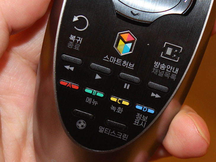 삼성 UHD TV UN65HU9000F 커브드 UHD, 삼성 UHD TV UN65HU9000F 커브드 UHD 후기, 후기, UN65HU9000F, 커브드 UHD, 삼성 UHD, 모니터, TV, 사커 모드, 사커, 축구, IT, 곡면화질, 삼성 UHD TV UN65HU9000F 커브드 UHD 후기를 올려봅니다. 휘어있는 디스플레이를 사용한 TV는 물론 이전에도 있었는데요. 이번에 나온 신제품은 몇가지 특이한 기능을 가지고 나왔습니다. 요즘 이슈가 되는 4K 디스플레이를 탑재한 상태로 화면을 휘었죠. 삼성 UHD TV UN65HU9000F는 그 외에도 삼성 인스턴트 온으로 2초정도에 TV를 켜고 바로 사용할 수 있는 기능과 화면을 분할하여 TV와 검색 또는 유튜브 보기 등을 동시에 수행할 수 있는 기능. 그리고 사커모드를 통해서 축구 경기를 좀 더 실감나게 감상하는 것은 물론 놓친 장면을 리플레이 할 수 있는 기능도 갖추고 있습니다. 그럼 커브드 UHD 삼성 UHD TV UN65HU9000F 에 대해서 살펴보도록 하죠.