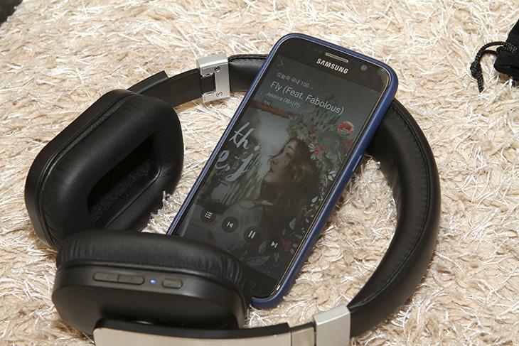 컴스 블루투스 헤드폰, AK987 ,깔끔하고, 편리한 ,헤드폰,컴스 ,블루투스, 헤드폰,IT,IT 제품리뷰,요즘은 지하철을 타고 보면 모두 다 무선으로 음악을 듣죠. 무선은 상당히 편리하고 깔끔 합니다. 컴스 블루투스 헤드폰 AK987도 깔끔하고 편리한 헤드폰 인데요. 블루투스 4.1을 지원하고 aptX 코덱을 지원해서 CD음질의 고음질을 감상할 수 있습니다. 마이크가 내장되어 있어서 전화통화도 가능 합니다. 요즘은 외부에서도 헤드폰을 많이 쓰는데요. 컴스 블루투스 헤드폰은 가죽재질에 금속재질 그리고 플라스틱 부분은 무광 처리를 해서 실용성이 상당히 높은 제품 입니다.