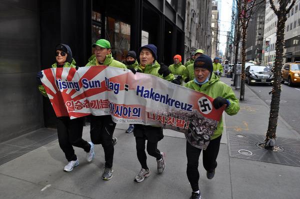 사진: 욱일기는 전범기로서 독일 하켄크로이츠와 같다는 홍보를 하고 있는 평화 울트라마라톤대회 사진. 일전퇴모 주최.
