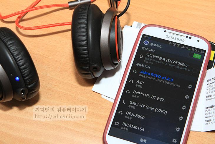 JABRA REVO WIRELESS, JABRA REVO WIRELESS 사용기, 자브라 레보 와이어리스, 사용기, 후기, 리뷰, IT, 헤드폰, 헤드셋, 음향, 음감, 음악,JABRA REVO WIRELESS 사용성은 상당히 괜찮은 편입니다. 여러가지 인터페이스를 제공하므로 USB 헤드셋으로 또는 케이블이 있는 유선 헤드폰 또는 블루투스 연결로 블루투스 헤드셋으로 쓸 수 있습니다. 필요에 따라서 원하는 연결이 가능한것이죠. JABRA REVO WIRELESS 사용성은 여기에서 그치지 않고 접이식으로 쉽게 휴대 할 수 도 있습니다. 케이블도 분리가 되므로 좀 더 편안하게 들고 다닐 수 있죠. USB 연결 방식은 안드로이드 충전 케이블과 같은 방식인 5핀 마이크로 USB 단자로 되어있습니다. 케이블을 실수로 안가져왔더라도 스마트폰 배터리팩으로 충전이 가능 합니다. 참 편리하죠. 헤드셋의 전체적인 디자인도 상당히 괜찮습니다. 스피커와 밴드를 연결하는 부분도 금속으로 되어있어서 상당히 튼튼합니다. 전체적인 색 배열도 마음에 들고 겉부분 도색도 무광으로 처리하여 지문이 뭍지 않도록 했습니다.  활용성 부분도 상당히 괜찮았습니다. JABRA REVO WIRELESS의 스피커 부분에 앞부분을 가볍게 두번 치면 앞에 곡이 재생되며 뒷 부분을 두번 치면 이전곡이 재생됩니다.터치를 해서 가볍게 반달모양으로 문지르면 볼륨을 올릴 수 있고 반대로 하면 볼륨이 줄어듭니다. 다만 터치로 이뤄지다 보니 가끔은 볼륨을 조정하다가 곡이 변경되는 일도 생기긴 합니다. Jabra 어플을 이용하면 좀 더 음을 자신에게 맞게 튜닝도 가능 합니다. 그럼 살펴볼까요.