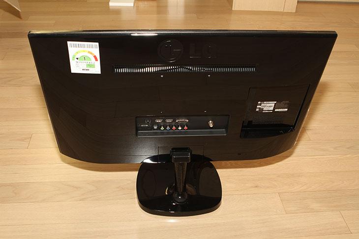 LG TV 모니터, 27MT77W, IPS 모니터 후기,LG,엘지,모니터,엘지 모니터,IPS 모니터,IT,IT 제품리뷰,GTA5,LG TV 모니터 27MT77W IPS 모니터 후기를 올려봅니다. 이 제품은 컴퓨터 모니터로도 그리고 TV 용도로도 사용될만한 모니터 입니다. 특징 중 하나인 스크린쉐어를 이용하면 스마트폰의 화면을 그대로 전송해서 볼 수 있습니다. LG TV 모니터 27MT77W는 IPS 패널을 사용 하면서 느낀점을 적여보겠습니다. 27인치의 화면에 해상도는 Full HD 해상도 입니다. 사용하기 가장 적당한 사이즈라고 생각합니다. 그런데 TV로 쓰기에는 좀 작을지도 모릅니다. 보통 32인치 이상을 사용할 테니까요. 하지만 좀 더 작은 TV가 필요한분도 분명 있을것 입니다. 그런 용도에 맞게 사용될 수 있습니다. 물론 LG TV 모니터 27MT77W 는 컴퓨터에 연결해서도 사용이 가능 합니다. 그런데 느낌상으로는 TV에 더 최적화 되어있는 그런 느낌입니다.처음 셋팅할 때 TV 채널을 먼저 설정하도록 되어있었습니다. 컴퓨터에 바로 연결해서 사용하는 경우 채널을 일단 설정후 (연결되지 않더라도) 그다음에 외부입력을 변경해서 컴퓨터와 연결을 해야합니다. 처음에는 이 부분때문에 바로 연결이 불편할 수 도 있겠다는 생각을 했었습니다. 참고로 OSD 변경 부분은 리모컨을 이용하는게 좀 더 편해보입니다. 이부분도 아래에서 설명 드리도로고 하죠.