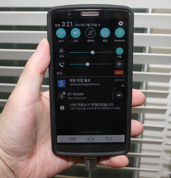 트랜센드 JetFlash 880S 16GB, 스마트폰 백업, 저장장치, OTG 저장장치,IT,IT 제품리뷰,후기,사용기,트랜센드,트랜샌드,Transcend,트랜센드 JetFlash 880S 16GB 스마트폰 백업 및 저장장치를 소개합니다. 스마트폰에는 보통 MicroSD를 장착해서 저장장치를 확장할 수 있는데요. 가끔은 컴퓨터에 연결한 USB 메모리를 빼서 바로 스마트폰으로 꽂아서 동영상보기나 음악듣기를 하고 싶을 때가 있죠. 트랜센드 JetFlash 880S 는 그럴때 사용하는 기기 입니다. 한쪽은 USB 단자로 되어있어서 컴퓨터의 USB 단자 등에 연결이 가능하며 반대쪽은 Micro 5핀 USB 단자로 되어있어서 스마트폰이나 최근에 나온 얇은 노트북 등에 연결해서 사용이 가능 합니다. Transcend Elite 앱을 이용하면 원터치 백업 및 복구도 가능 했습니다. 스마트폰의 데이터를 트랜센드 JetFlash 880S로 쉽게 옮길 수 있는것이죠. 용량은 지금 64GB까지 나와있고 가격도 비교적 저렴한 편이므로 이용해보면 꽤 편리할 것 같습니다.