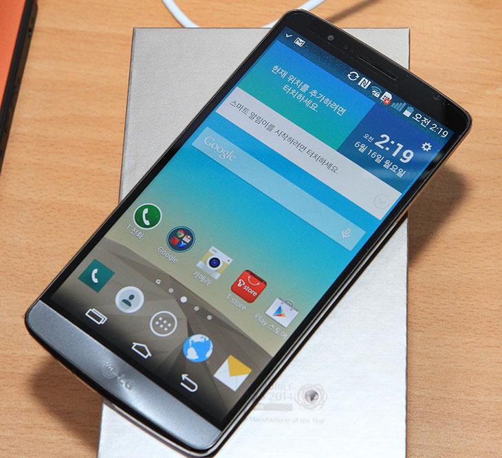 G3 노크코드, G3 디자인, LG G3, LG G3 사진, 스마트폰, 후면인터페이스, 후면, 노크코드, IT,G3 노크코드는 지3의 디자인의 디자인 때문에 생긴 독특한 방식 입니다. 스마트폰 중에서는 특이하게 전원 버튼 볼륨 조정버튼을 측면이 아닌 후면으로 옮겨 버렸습니다. 그로 인해서 처음에 화면을 켤 때 화면을 두드리는 방식으로 켤 수 있습니다. G3 노크코드는 화면에 4곳을 사용자만이 아는 패턴으로 두드려서 켜는 것 입니다. 화면 잠금을 해제하는 방식 중 패턴은 다른 사용자가 유심히 옆에서 보면 알아 차릴 수 있습니다. 하지만 G3 노크코드는 일정하지 않은 위치를 사용자가 아는 패턴으로 두드려도 인식하므로 옆에서 본다고 하더라도 복잡하다면 알아내기 힘듭니다. 한손으로도 복잡한 패턴 입력이 가능하므로 어떻게 보면 활용성이 더 좋아졌다고 볼 수 있죠.   후면에 있는 인터페이스는 LG G3가 처음은 아닙니다. LG G2 때부터 후면 인터페이스로 넘어갔는데요. 볼륨 조정 버튼의 디자인도 좀 더 편하게 변경되었고 노크를 통한 화면켜기과 잠금해제도 지원하므로 익숙해지면 편해진 디자인이 되었습니다. 실제로도 저 역시 LG G3에 익숙해진 상태에서는 다른 스마트폰을 만질 때에도 후면 부분을 만질 정도였었는데요. 후면 인터페이스는 익숙해지면 상당히 편리합니다.