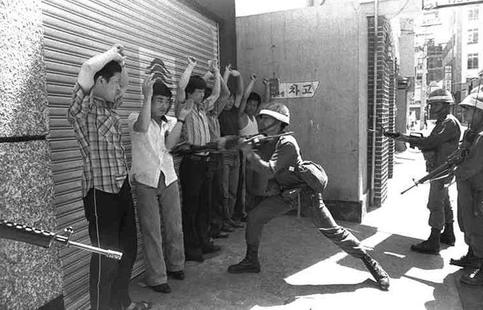 사진: 군대가 보유한 총기의 개머리판은 전투시 살인용으로 사용하기도 하는데, 이것이 시민진압에도 사용되었다. [안병하 전남도경국장, 혹독한 고문 끝에 쫓겨나다]