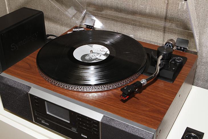스카이디지탈 아리아판 밴드, LP 턴테이블,에 고풍스러움 더하다,CD플레이어,스카이디지탈,아리아판 밴드,아리아팬,Aria Pan,FM 라디오,USB,MP3,IT,IT 제품리뷰,후기,사용기,스카이디지탈 아리아판 밴드는 LP 턴테이블에 고풍스러움 더하고 기능을 추가하여 나온 확장판 입니다. LP판은 어렸을 때 집에 많이 있었는데요. 요즘은 CD나 MP3가 너무 많이 보급이 되어있어서 정말 음악을 사랑하는 분들이 보통 가지고 있고 사용하죠. 스카이디지탈 아리아판 밴드는 그런 분들을 겨냥해서 나온 제품인데요. 근데 FM라디오와 USB 플레이어, CD플레이어 기능도 함께 넣어서 LP 턴테이블외에 여러가지 방법으로 음악을 즐길 수 있게 했습니다. 외형은 고풍스러운 클래식한 디자인으로 되어있는데요. 풍부한 울림통 역할을 하는 오크컬러 우드를 사용했고 2.5W 스피커 2개를 사용해서 사운드 성능도 많이 높였습니다. 상단에는 LP를 놓게 되어있는데 먼지가 앉은것을 막기 위해서 보호커버가 있습니다. 정보를 보니 바늘의 경우에 LP원음을 그대로 전달하기 위해서 일본산 최고급 바늘을 사용했다고 합니다. 물론 바늘은 교체도 가능 합니다. 처음에는 바늘을 LP위에 올려놓아야 하지만, 모든 재생이 끝날 때에는 바늘이 자동으로 파킹위치로 이동하고 정지되는 오토 스탑(Auto Stop) 기능이 추가가 되었습니다.