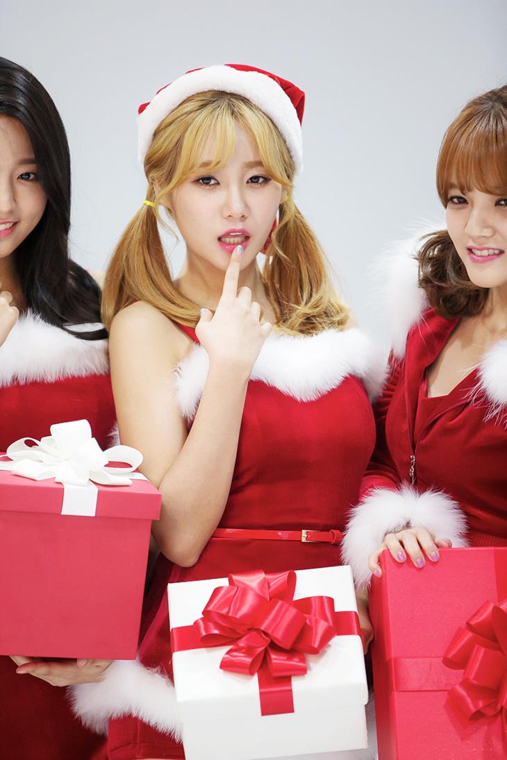 BC카드, RED 산타 ,이벤트, AOA 산타복, 하고 ,우리집에,이벤트,AOA,비씨카드에서 여러가지 이벤트를 많이 하네요. 심쿵해 노래로 인기를 끌고 있는 AOA가 RED BOX와 함께 우리집에 찾아오는 이벤트를 한다는 군요. BC카드 RED 산타 이벤트가 그것인데요. 이벤트 페이지에서 응모 시 2,016명에게 RED BOX를 증정한다고 합니다. 12월 14일까지 응모가 가능하며, RED 박스를 받고 싶은 AOA멤버에게 투표를 하면 됩니다. BC카드 RED 산타 이벤트 당첨자 중 16명에게는 직접 AOA 멤버가 선물을 배송하러 온다는 군요. 각 멤버의 공약 실천도 한다고 하니 상상만 해도 심쿵하네요. 2,000명에게는 사뿐사뿐상으로 택배로 배송이 된다고 해요. RED BOX는 AOA 콜라보 리미티드 에디션 기프트 7종이 담긴 크리스마스 선물박스라고 합니다.