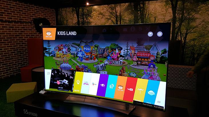 LG 올레드 ,울트라 HDTV ,설명회 ,후기,올레드TV, OLED TV, 곡면 TV, UHD TV, 울트라HD TV, LG TV, 슬림TV,IT 제품리뷰,IT,후기,사용기,LG 올레드 울트라 HD TV 설명회 후기를 올려봅니다. 저도 궁금한 것이 많았는데요. 궁금증도 풀고 최신의 TV를 보고 경험하는 시간을 가졌습니다. 집에서 스마트TV를 쓰고 있는데요. 다들 TV는 있으실겁니다. 근데 지금 주목을 받고 있는 OLED UHD TV가 어떻게 다른것인지는 LG 올레드 울트라HD TV 설명회 후기를 통해서 제가 설명을 드리도록 하겠습니다. 2015 LG OLED TV는 곡면 UHD를 적용해 프리미엄 TV의 풀라인업을 완성했습니다. OLED는 PDP, LCD, LED로 이어진 기술의 최상위에 있는 차원이 다른 기술력입니다. 거기에 UHD, 즉 4K라고 불리는 해상도를 적용해 궁극의 현장감, 리얼한 색재현이 가능토록 했습니다. 지금 가장 많이 사용되고 있는것은 LED TV로 LED를 백라이트로 쓰는 방식입니다. LED가 기존의 방식의 백라이트보다 좀 밝으면서도 수명이 길어서 상당히 빠르게 보급이 되었죠. 그런데 지금은 OLED TV가 주목을 받고 있습니다. LED 백라이트 방식의 경우 여러가지의 필터의 사용과 백라이트 사용으로 공정이 복잡하고 빛을 더 밝고 선명하게 만드는데 어느정도 제약이 있는데요. LG 올레드 울트라 HD TV와 같은 OLED TV는 스스로 빛을 내는 특성을 이용하는것이므로 구조가 간단하고 명암을 표현하는 부분과 색재현율이 우수한게 특징입니다.