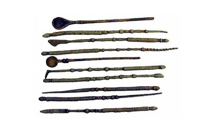 사진: 1500-1600년 전 것으로 추정되는 당시의 외과용 수술도구들. 메스와 드릴, 송곳 등이 보인다. [삼색등 의미와 외과의사의 역사]
