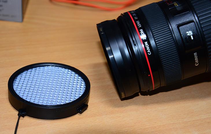 expodisk 2.0, 화이트밸런스, USA, 측광 필터, 필터, 77mm, 엑포디스크 2.0, 사진, 측광, 오토 화이트밸런스, AWB, expodisk 2.0 만 있으면 화이트밸런스를 쉽게 맞출 수 있습니다. 보통은 카메라의 오토화이트밸런스의 능력을 믿고 촬영을 하긴 하지만 이것을 믿지 못하는 분들은 여러가지 대안책을 쓰죠. RAW 촬영, 조도계 이용, 임의로 화이트밸런스를 맞추는등 다양한 방법이 있지만 expodisk 2.0를 쓰면 좀 더 간단한 방법으로 화이트밸런스를 맞춰서 촬영이 가능 합니다. RAW는 촬영은 저는 JPG로 촬영 후 바로 쓰는 것을 선호하므로 잘 쓰진 않습니다. 물론 인물촬영이라면 예외겠지만요. 제품사진을 저는 많이 찍는데 보통은 하얀색 판에 놓고 사진을 촬영 합니다. 그런데 가끔은 크기가 큰 제품을 찍을 때에는 책상에 놓고 촬영할 때가 있는데요. 책상은 밝은 갈색 입니다. 이런 이유로 조금은 누렇게 뜬 사진이 찍히는데요. 플래시 때문에 카메라 렌즈에 들어오는 반사광때문에 영향을 받은거겠죠.  캐논 카메라의 화이트밸런스 능력은 상당히 괜찮은 수준입니다. 하지만, 복잡한 조명이 있는 경우 또는 배경에 의해서 화이트밸런스가 잘못 잡히는 경우에는 자신이 원하는 이미지가 안찍힐 수 있는데요. 이럴 때는 상당히 답답하죠. 예전에 프링글스 뚜껑을 카메라 앞에 달아놓고 찍은 뒤 커스텀 화이트밸런스를 맞추면 된다는 팁이 한참 유행했던 적이 있는데요. 물론 이것도 괜찮은 방법중 하나지만 꽁수는 꽁수일 분 아주 정확하진 않죠.  expodisk 2.0는 물론 위와 같은 방법처럼 렌즈 앞에 장착 후 사진을 찍어서 커스텀 화이트밸런스를 맞추는 용도로도 사용할 수 있습니다. 저도 이 방법으로 사용중입니다. 상당히 단순한 사용 및 괜찮은 사진 품질을 얻을 수 있습니다. 근데 만약 오토 화이트밸런스로 모두 찍은 이미지를 한번에 모두 화밸을 맞추고 싶을 때에도 expodisk 2.0를 이용할수 있습니다. 이건 추후에 좀 더 자세히 설명하죠. 이번글에서는 간단하게 바로 커스텀 화이트 밸런스를 맞추는 방법을 배워볼겁니다.