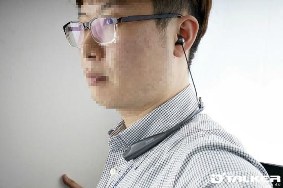 크립스 넥밴드 NB-S2 블루투스 헤드셋 착용 컷(훈남이 아니라 얼굴 부위는 모자이크 처리를..)
