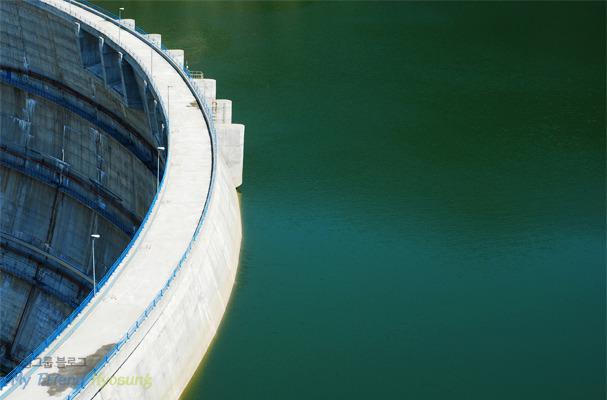 양수발전을 예시로 든 댐사진입니다.