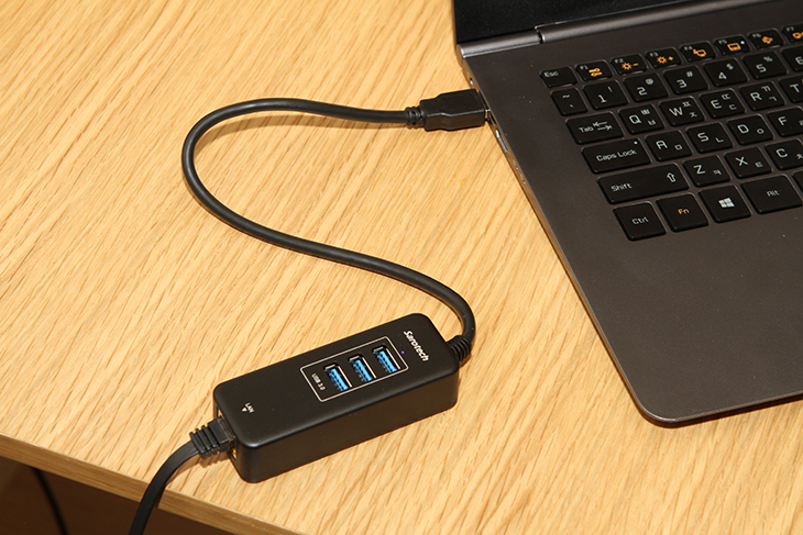 USB 랜포트, 기가랜, USB 3.0 허브,콤보, 새로텍 UHL-331G 후기,새로텍,UHL-331G,IT,IT 제품리뷰,USB 기가인터넷,USB 기가비트,기가비트랜,세로택,USB 랜포트 기가랜 USB 3.0 허브 콤보 제품으로 새로텍 UHL-331G 후기를 소개해봅니다. 노트북은 점점 얇아지고 가벼워지고 있습니다. 얇아지면서 없애고 있는 것이 랜포트 인데요. 그래서 최근에 나온 슬림한 노트북들이나 맥북에어 같은 경우 랜포트가 없습니다. 그래서 USB 랜포트 기가랜을 찾는 분들이 많은데요. 그런데 USB 3.0 허브와 기가랜을 합쳐둔 아이디어 상품으로 새로텍 UHL-331G이 있습니다. USB 3.0 단자를 기가비트 랜포트로 활용하면서도 USB 3.0 단자 3개로 USB 허브 역할도 하므로 상당히 유용한 제품 입니다. 그냥 USB 단자를 랜포트로 바꿔주는 제품보다 이것이 더 유용한 점이라면 USB 3.0 허브가 된다는 점 입니다. USB 랜포트 뿐만 아니라 USB 3.0 단자가 3개나 되는점도 좋은데 근데 무전원입니다. 하지만 USB 3.0 허브에 외장하드와 마우스, USB 메모리를 동시에 연결해도 잘 작동하더군요. 자체적으로 사용하는 전력소모량이 많이 낮기 때문에 USB 3.0 단자에 연결하면 외장하드 1개외 기타 장비 2개 정도 해서 3개를 모두 연결해도 큰 문제 없이 사용할 수 있다는 것이죠. 윈도우8.1이 설치된 노트북에서는 별다른 프로그램 설치 없이 USB 만 연결하면 바로 사용할 수 있는 준비상태가 됩니다. 맥북에어의 경우에는 소프트웨어를 한번은 설치를 해줘야하더군요. 그 후에는 자유롭게 사용이 가능합니다. 최근들어서 노트북의 사용이 점점 더 많아지고 있고 일을 하다보면 무선네트워크가 안되는곳에서 사용을 해야하는 경우도 생길 때가 있는데요. 그럴 때 활용하면 상당히 유용한 제품입니다. 물론 집에서 사용할 때에도 느린 무선 속도를 획기적으로 올리고 싶을 때에도 사용할 수 있습니다.