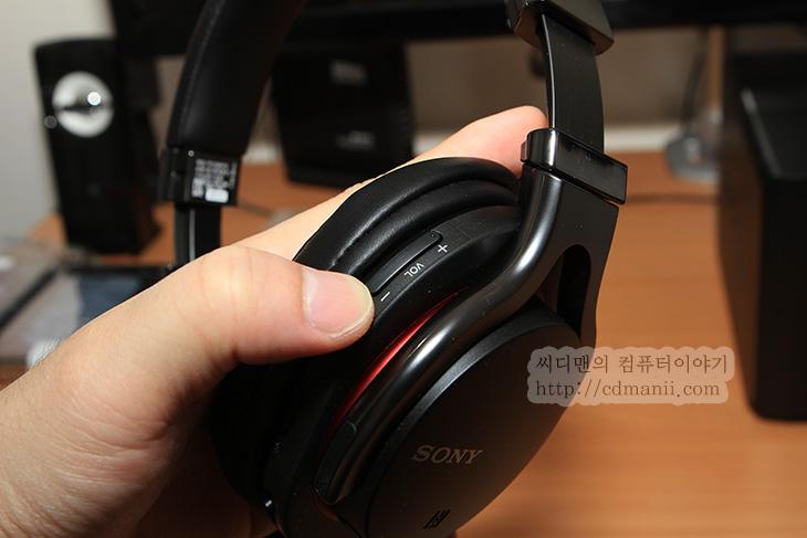 Sony MDR-1RBT MK2, MDR-1RBT MK2, MDR-1RBT MK2 후기, MDR-1RBT MK2 단점, MDR-1RBT MK2 장점, MDR-1RBT MK2 음질, 음질, 디자인, 후기, 오디오 케이블, 배터리, IT,Sony MDR-1RBT MK2 후기를 적어봅니다. 장점 단점을 꼬집어보도록 하죠. 이 제품의 음질 디자인적인 측면은 상당히 마음에 들었습니다. 실제로 패션아이템으로도 많이 활용되고 있죠. 지하철에서도 이것을 여성이나 남성 모두 쓰고 다니는것을 한번쯤은 보셨을 겁니다. Sony MDR-1RBT MK2 후기를 통해서 저도 이제품의 느낌을 전해보자면, 디자인은 상당히 전문가스러우면서도 빨간색과 금속성 은색, 검은색을 잘 조화시켜서 멋스럽게 해놓았습니다.  그런데 실제로는 스피커를 잡아주는 부분은 금속은 아니었습니다. 금속을 사용하지 않았지만 금속을 쓴듯하게 느낌을 줘서 겉모양은 상당히 좋습니다. 그렇다고 튼튼하지 않다는것은 아닙니다. 가벼운 부분 때문에 오히려 장점이 있더군요. aptX 코덱을 지원해서 블루투스 방식으로 상당히 고음질을 재현해서 굳이 오디오 케이블을 연결하지 않더라도 좋은 음악을 즐길 수 있습니다. 물론 조금 더 좋은 소리를 듣고 싶은 분은 기본제공하는 오디오 케이블을 연결해서 들을 수 있습니다.  단점으로 지적하고 싶은 부분은 인터페이스 부분입니다. 조작부 인터페이스는 좋은 점수를 주고 싶지만 오디오케이블과 USB 케이블을 연결하는 부분이 좀 아쉽더군요. 블루투스 헤드셋이여서 깔끔함을 보여주려는것인지는 모르겠지만, 단자 부분을 굳이 커버로 닫아놓은 터라 사용할 때마다 커버를 열어야하는 번거로움이 있습니다. 커버를 그냥 떼어내고 싶은 생각도 들더군요. 비슷한 제품중에는 이 커버가 없는 제품도 있긴 한데 왜 굳이 커버를 닫았나 하는 생각이 들더군요.  그럼 실제로 써보면서 느낀 Sony MDR-1RBT MK2 장점과 단점 그리고 음질 부분에 대한 평가를 해보도록 하겠습니다.