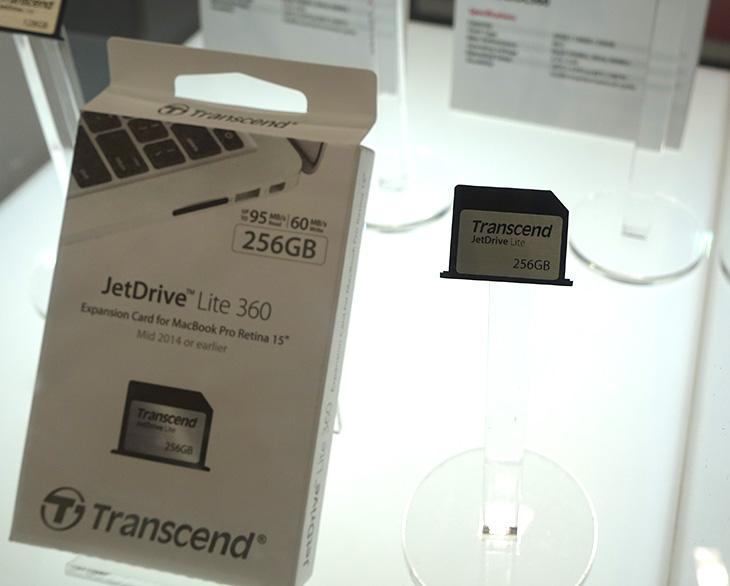 컴퓨텍스 2015 트랜센드, 외장 SS,D 맥, 썬더볼트 SSD,컴퓨텍스 2015,IT,IT 제품리뷰,후기,사용기,컴퓨텍스,computex,computex 2015,컴퓨텍스 2015 트랜센드 부스에 다녀왔었는데요. 외장 SSD 맥 썬더볼트 SSD 등 다양한 제품이 나와있었습니다. Transcend 제품에 대해서 최근에 제가 소개를 많이 했었는데요. 그래서인지 부스에는 제가 알고 있던 제품들이 많이보였습니다. 새로운 제품들이 컴퓨텍스 2015 트랜센드 부스에 나왔는지 살펴봤는데요. SSD 제품중에는 저도 사용해보지 않은 제품이 몇가지 있었습니다. M.2 제품도 그랬구요.트랜센드 하면 예전에 떠오르던것은 디카 메모리인 SD메모리였긴 한데요. 이제는 너무 여러가지가 떠오르네요. 그만큼 제품들이 다양해졌습니다. 컴퓨터 저장장치도 SSD가 나오면서 새로운 국면으로 접어들었구요. 그리고 하드디스크도 이제는 속도는 더 빠르게 그리고 더편리하게 연결하는 장치들이 많이 나왔죠. 컴퓨텍스 2015 트랜센드 부스에서 어떤 제품들이 나왔었는지 살펴보겠습니다.