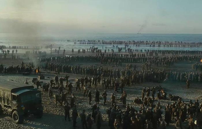 사진: 영화의 한 장면. 영화 덩케르크의 내용은 철수 작전이 배경이다. 해변에 포위된 채 구조를 기다리는 수십만의 젊은 병사들이 모여 있다. [덩케르크 철수작전의 배경]
