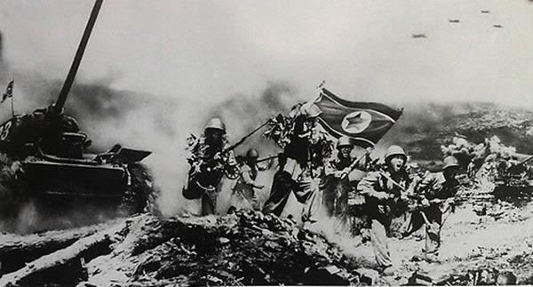 사진: 북한국이 제작한 6.25전쟁 과정 당시의 북한군 진격 장면. 인공기와 정규군의 무장, 소련제 탱크와 전투기까지 보인다.