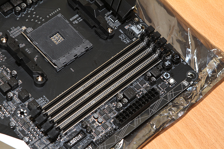 AORUS AX370-GAMING 5, 메인보드 ,살펴보자,AMD 라이젠,IT,IT 제품리뷰,AMD 라이젠이 나오면서 주목받고 있는게 보드입니다. AORUS AX370-GAMING 5 AMD 라이젠 메인보드 살펴보도록 하겠습니다. 아직 프로세서가 없어서 메인보드만 먼저 살펴봅니다. AMD 경우큰 변화가 없었는데요. AORUS AX370-GAMING 5 AMD 라이젠 메인보드가 나오는 시점에  프로세서가 나오면서 큰 변화가 생겼습니다. DDR4 램으로 드디어 넘어가게 되구요. 이제 저도 DDR3 고클럭메모리는 안가지고 있어도 되겠네요.