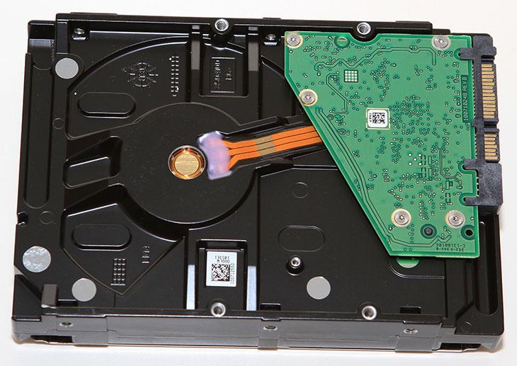 씨게이트 Video 3.5 HDD 4TB, 씨게이트 Video 3.5 HDD, Seagate Video 3.5 HDD, Video 3.5 HDD, 4000GB, 벤치마크, IT, 씨게이트 Video 3.5 HDD 4TB 벤치마크를 해봤습니다. 점점 고용량의 하드디스크가 가격이 저렴해지고 있네요. 이 제품은 비디오 솔루션에 특화된 제품입니다. 표준 화질 비디오를 최대 20개를 동시 스트리밍이 가능한 제품이죠. 그런데 실제로 씨게이트 Video 3.5 HDD 4TB 벤치마크를 해봤을 때에는 성능이 조금 더 높은 하드디스크라는 느낌 정도 였는데요. 동영상 동시 스트리밍이야 어짜피 성능이 좋은 하드디스크라면 견뎔낼만한 부분이긴 하니까요. 하지만 씨게이트 Video 3.5 HDD 4TB 는 비디오에만 특화되어있다기 보다는 신뢰성이 상당히 높은 하드디스크로 봐야합니다. 연간고장율(annual failure rate)이 0.55%에 불과할 정도로 고장이 잘 안나는 하드디스크 이니까요. 영상에 최적화되어있다는 의미는 영상을 저장하는 목적으로 사용되는 하드디스크나 또는 CCTV의 영상을 녹화할 목적으로 사용하는 하드디스크 등으로 적합하다는 의미 입니다. 물론 영상은 물론 데이터를 저장할 목적으로도 적당해서 성능이 좋고 안정성 높은 하드디스크를 선택하고 싶은 분들에게도 적당한 모델이 될듯합니다.