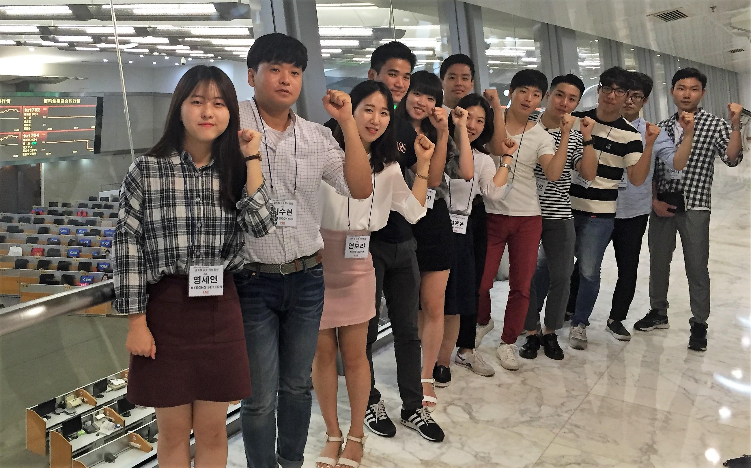 작년 여름에 진행된 제 2회 매경 글로벌금융허브탐방에 참가한 김진성씨(좌로부터 4번째) 상하이 선물거래소에서 탐방단과 함께 포즈를 취하고 있다.