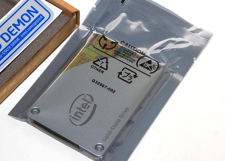 인텔 SSD 530 Series 벤치마크,인텔 SSD 530 성능,인텔 SSD 530,IT,IT리뷰,리뷰,후기,사용기,인텔 SSD 530 Series 벤치마크를 해보도록 하겠습니다. 최근에는 하드디스크 대신 SSD를 쓰는 비중이 높아졌습니다. 조립 견적의뢰를 많이 받는데 SSD가 예전에는 가끔 들어갔다면 이제는 빠지는게 오히려 이상할 정도가 되었죠. 그전에는 인텔 SSD 530 Series 전 모델에 대해서 소개를 했던적이 있는데요. intel은 여러가지 SSD를 계속 많이 내어놓았습니다. 중간에 칩셋도 몇번 바뀐적이 있구요. 근데 지금은 SSD가 가격이 모두 저렴해지면서 인텔 SSD 530 Series도 가격이 많이 저렴해졌습니다. 예전에 64GB를 살 돈으로 지금은 128GB를 구매할 수 있게 되었으니까요. 개인적으로는 그런데 256GB를 권합니다. 저도 SSD를 적고 사용하지는 않는데요. 128GB도 넉넉한편이긴 하지만, 게임을 여러가지를 설치하다보면 분명 용량이 좀 모자라더군요. 256GB정도면 많이 넉넉합니다. 물론 좀 더 고급유저들은 조금 더 투자해서 512GB를 쓰기를 권합니다. 수명연장이나 성능면에서 그것이 더 유리하니까요.