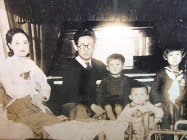 사진: 작가 이효석의 가족사진. 행복한 가정생활은 아내와 딸의 갑작스러운 죽음으로 이효석을 방황하게 만들었다.