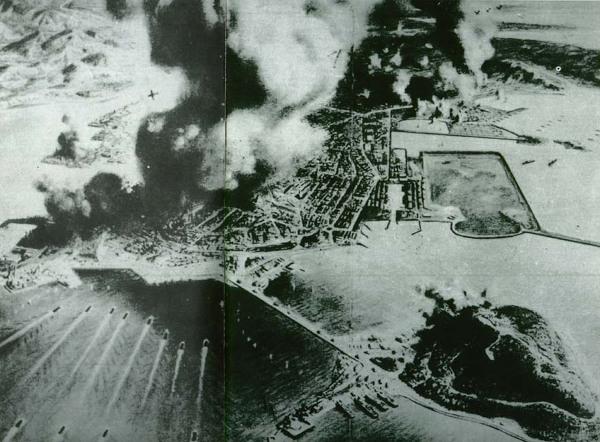 사진: 수많은 용사들의 희생으로 인천상륙작전은 무사히 시작될 수 있었다. 사진은 인천상륙작전 중 2차 상륙작전 모습. 팔미도등대, 월미도점령 이후 인천항에 본격적으로 상륙하고 있다.