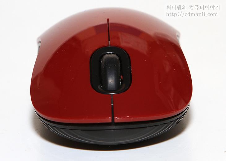타거스 무선마우스, 타거스 무선마우스 W036, W063, W063 사용기, 타거스 무선마우스 사용기, IT, 마우스,타거스 무선마우스 W063 사용을 해보도록 하죠. 이 마우스는 저렴한 마우스이면서도 쓸만한 마우스라는 타이틀을 잡고 나온 마우스 입니다. 블루 트레이스 센서를 사용하였고 이 마우스 경우에는 양손잡이용 입니다. 타거스 무선마우스 W063은 좌우 대칭 입니다. 그리고 좀 특이한점은 건전지가 2개가 들어갑니다. 물론 하나만 꽂아도 동작 합니다. 버튼은 3버튼으로 보통의 마우스 형태 입니다. 특이한 점은 타거스 무선마우스 경우 가장자리 부분에 세로로 무늬가 들어가 있어서 땀이 많이 나는 사용자도 미끌리지 않고 사용이 가능 합니다. 다만 이 마우스 경우에는 상판이 유광의 플라스틱 판이여서 얼룩이 좀 남을 수 는 있습니다.