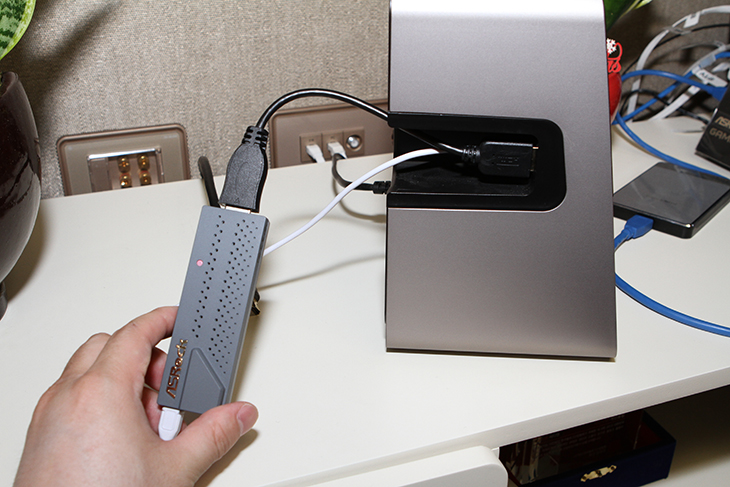 Asrock ,G10, AC2600, 게이밍, 라우터, 성능 ,무선, 연결,IT,IT 제품리뷰,1000Mbps의 기가인터넷이 많이 이용되고 있습니다. 덕분에 고성능 공유기에 대한 관심이 많아지고 있는데요. Asrock G10 AC2600 게이밍 라우터도 그런 이유로 나온 제품 입니다. 성능 무선 연결 그리고 무선으로 HDMI를 출력하는 기능등 좀 재미있는 기능들을 넣고 나온 제품이었습니다. 처음에는 근데 좀 난감했습니다. 제가 알고 있던 것과 약간 달라서였죠. 물론 좀 아쉬운 부분도 존재를 했습니다. 그런데 성능은 꽤 좋네요. Asrock G10 AC2600 게이밍 라우터 무선 성능은 꽤 잘 나왔습니다. 유선성능도 수준급이었는데요. 물론 최신 공유기의 기능이 이것만은 아니겠죠.