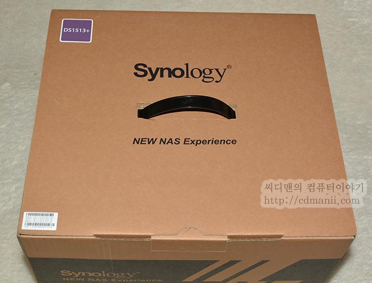 시놀로지 NAS DS1513+, DS1513+, DS1513+ 스펙, DS1513+ 개봉기, DS1513+ 디자인, DS1513+ 구성품, IT, 시놀로지, 시놀러지, Synology, NAS, Synology NAS, 성능, 제품, 리뷰, 후기, 사용기,시놀로지 NAS DS1513+ 스펙 및 개봉기를 통한  디자인을 살펴보도록 하겠습니다. NAS는 여러가지 역할을 부여받은 어떻게 보면 독립적으로 운영되는 하나의 컴퓨터와 마찬가지인데요. 근데 보통 사양이 낮기 마련인데 시놀로지 NAS DS1513+ 스펙은 좀 엄청납니다. 아시는분 말로 시놀로지가 좀 미쳤다고 할정도인데요. 좀 고급사양의 컴퓨터를 그냥 NAS 안에 넣어버렸습니다. 그리고 기능도 왠만한것은 다 넣어버렸죠. 말그대로 거의 모든 기능을 제공하는 엄청난 녀석 입니다. 물론 가격도 좀 하는편이지만. 시놀로지 NAS DS1513+ 스펙으로는 CPU는 듀얼코어 2.13 Ghz를 넣었고 램은 DDR3 2GB가 장착됬습니다. 이것만해도 꽤 멋진데 1개의 램확장공간을 하나 더 제공해서 2GB를 추가로 장착해서 최대 4GB까지 램을 확장할 수 있습니다. DS1513+ 경우 S-ATA 하드디스크를 5개까지 기본 장착이 가능하며 추가로 DS1513+ 또는 다른 확장 가능한 시놀로지 NAS를 추가하여 연결해서 15개까지 더 거대한 스토리지를 만들 수 도 있습니다. 참고로 Synology DX513로 확장 시 60TB까지 확장이 가능 합니다.  랜포트도 기가비트를 4개의 포트까지 지원해서 Link Aggregation를 설정하면 좀 더 높은 트래픽으로 데이터를 주고 받을 수 있습니다. 스토리지의 성능은 데이터 전송이 초당 202.34 MB 쓰기 및 350.94 MB 읽기가 가능 합니다. 디자인은 꽤 군더더기 없는 디자인으로 되어잇고 가장자리 부분이 모두 무광처리 되어있어서 깔끔합니다. 하드디스크도 상태 LED가 보이도록 되어있고 자물쇠로 잠궈 열리지 않도록 할 수 도 있습니다. 하드디스크 장착시에도 볼트로도 고정할 수 있지만 볼트 고정없이 바로 가이드만으로도 하드디스크를 장착할 수 있게 되어있었습니다. 설정을 통해서는 팬의 속도를 고성능과 저소음으로 조정이 가능하며 시간 일정을 통해서 켜지는시간 꺼지는시간을 설정해둘 수 있어서 원하는 날에만 켜져서 동작하고 필요하지 않을때는 꺼놓아서 경제적으로 운영이 가능 합니다.  그럼 일단 스펙과 디자인부터 살펴보도록 하죠.