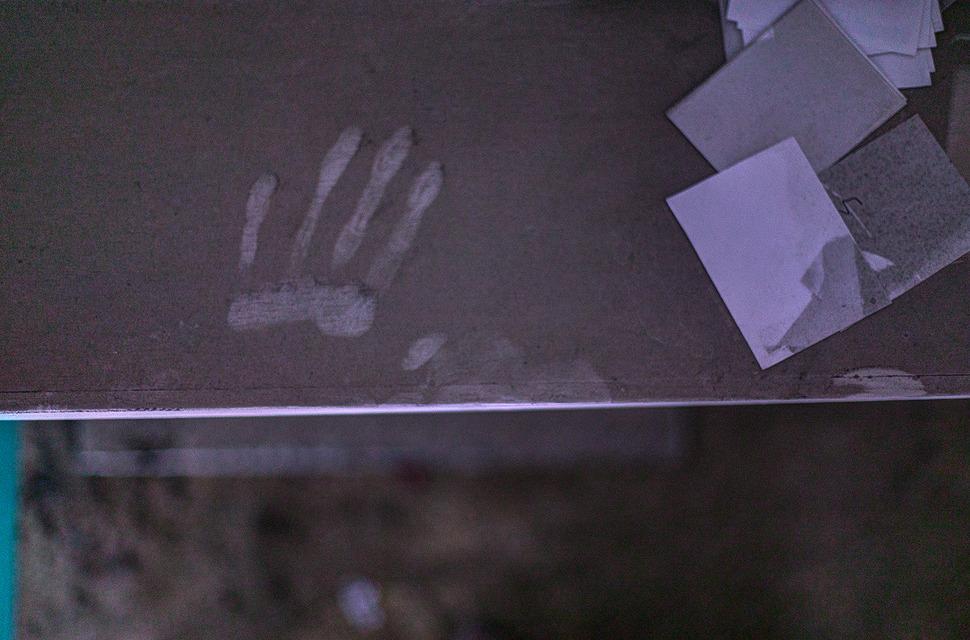 잔뜩 먼지쌓인 책상위에 누군가 남겨놓은 흔적
