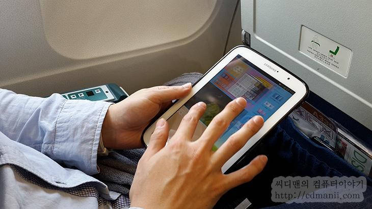 올레이북, olleh ebook, 올레이북ebook, ebook, 올레ebook, 전자책, 전자책 어플 추천, 비행기에서, 해외여행,올레이북은 비행기에서 지루한 시간을 책을 읽는 긍정적인 시간으로 바꿔줄 수 있습니다. 항공기 타고 10시간 넘게 타고 가거나 할 때는 영화도 보고 음악도 듣고 하겠지만 정말 시간이 안가죠. 불편한 의자에서 잠을 오래자는것도 힘들것입니다. 이럴때 올레이북을 이용해보면 괜찮은데요. 올레이북에는 음성으로 글을 읽어주는 기능이 있습니다. 꽤 반듯한 목소리로 여성분이 글을 읽어주는데요. 듣고 있으면 꽤 괜찮습니다. 항공기 소음 때문에도 보통 커널형 이어폰을 끼고 있을텐데요. 이럴때 책도 듣고 지루한시간을 달래면 꽤 괜찮습니다.  이전에 올레이북 캐시를 제가 다 드린적이 있는데요 모두 잘 쓰고 계신지 잘 모르겠네요. 저도 책을 틈날때마다 정말 조금씩 읽고 있는데요. 물론 제가 워낙 바쁜사람이라 (?) 많이는 못읽고 있지만, 혹시 이 책괜찮으니 읽어볼만하다 하는 책있다면 소개도 좀 해주세요.
