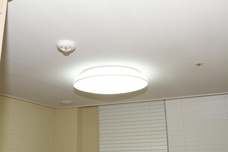 형광등 LED 교체 ,초간단 교체, 테크룩스 ,PLED15 후기,IT,IT 제품리뷰,후기,사용기,형광등,PLED15,LED등,가정용 LED 조명,가정용 LED 등기구,아이방 조명,형광등 LED 교체 초간단 하게 하는 방법을 테크룩스 PLED15 후기를 통해서 알려드리겠습니다. 제 방에는 등이 하나가 있고 안에는 형광등 2개가 들어가 있습니다. 36W 2개의 제품으로 72W 정도 되더군요. 전기요금도 아낄겸 그리고 더 밝은 빛 아래에서 작업을 위해서 형광등 LED 교체를 해 봤습니다. 테크룩스 PLED15를 이용하면 기존에 36W 형광등을 대체할 수 있고 밝기는 더 밝아집니다. LED 경우 형광등의 1/2 전력만 사용해도 밝기는 비슷하거나 또는 LED가 좀 더 밝습니다. 그런 이유로 LED를 쓰면 전기요금도 좀 더 줄일 수 있죠. 수명도 무척 길어서 한번 사용하면 아주 오랜 기간동안 사용이 가능하죠. 형광등은 오래 사용할 수 록 수명이 낮아져서 빛이 점점 어두워지는데 반해서 LED는 계속 같은 밝기를 유지할 수 있다는 점도 특징 입니다.형광등 LED 교체는 보통 LED 면광원을 많이 생각할 텐데요. 그 경우 교체시 조금 전기적 지식이 필요하며 교체할 때도 좀 더 많은 부분을 건드려야 합니다. 그래서 보통 전기설비를 하는 분들에게 맡겨서 하곤 하죠. 그러면 비용이 좀 더 많이 발생하게 됩니다. 형광등의 가격은 비교적 저렴한 편이고 전기요금도 1/2 라고는 하지만 그것이 차이가 나려면 몇년 이상 사용해야만 하므로 처음에 LED를 사용하는것은 큰 목돈이 드는 행위 일 수 있습니다. 다만 자주 교체해야하는 번거로움을 없애고 밝기는 더 밝아지며, 환경을 더 아낄 수 있다는 큰 장점이 있으므로 요즘 들어서 많이 사용되고 있습니다. 제가 사는 아파트 단지에도 가로등이 대부분 LED로 교체가 되었습니다. 오랫동안 켜져있는 환경일 수 록 좀 더 효용성이 커지므로 이렇게 교체를 하는 것 이죠.