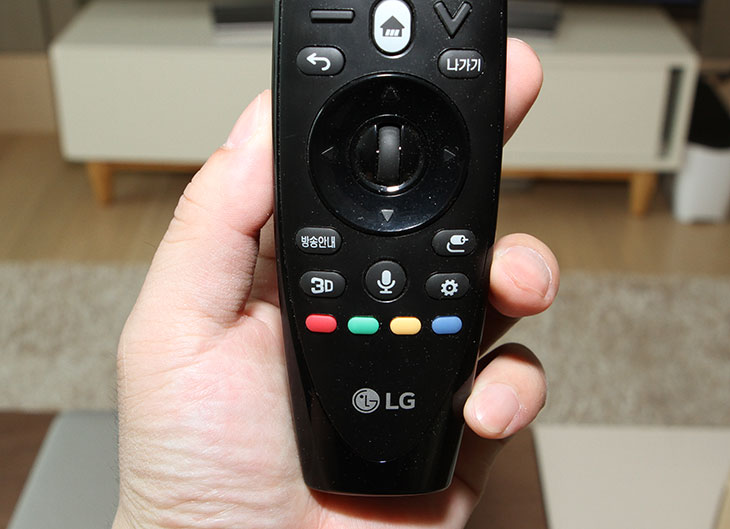 LG ,OLED, UHD TV, LG 55EG9600, 사용기, 기능, 설명,LG OLED,OLEDTV, 티비,엘지 티비,IT,IT 제품리뷰,후기,사용기,LG OLED UHD (올레드 울트라HD) TV LG 55EG9600 사용기 기능 설명편 입니다. 아침에도 저녁에도 TV를 자주 보는 편인데요. 선명하고 깨끗한 화질의 화면은 컨텐츠를 좀 더 재미있게 즐기게 하고 보는 재미를 주죠. 저는 요리프로그램을 비롯해 꼭 챙겨보는 TV프로그램이 있는데요. 늘 보던 TV프로그램을 보면서 LG OLED UHD (올레드 울트라HD) TV LG 55EG9600의 화질을 경험해봤습니다.비교가 될만한 제품을 양옆에 두고 비교해보면 바로바로 차이를 느끼겠지만, 따로보면 얼마나 변했는지 느끼기 쉽지 않죠. 과거에 우리집 TV가 어땠는지 선명하게 그려내기가 쉽지 않기 때문입니다. 그런데 LG OLED UHD (올레드 울트라HD) TV LG 55EG9600을 여러 다양한 시간대에 사용해보면서 그 차이가 조금씩 느껴지더군요. 확실히 LG OLED UHD (올레드 울트라HD) TV LG 55EG9600의 경우 암부의 표현력이 좋아져서 어두운 화면의 영화를 볼 때 눈이 편합니다. 그리고 화면도 더 선명합니다. 유튜브 보기 등을 해서 4K 영상을 보거나 콘텐츠 서비스의 4K 동영상 등을 재생해보면 그 차이를 더 확실히 느낄 수 있었습니다. 음질도 상당히 훌륭합니다. 재미있는 화면이 나올때에는 저도 모르게 집중해서 보고 있었는데요. 그때 나오던 배경음악이 상당히 부드럽게 재생되는 부분 때문에 좀 더 컨텐츠에 집중할 수 있었던 것 같습니다.