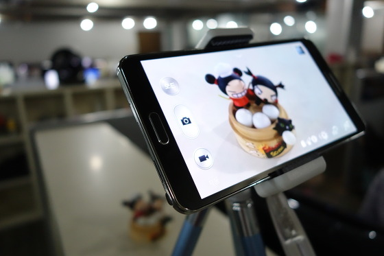 갤럭시노트3에 스마트폰 거치대를 연결해 촬영하는 모습(21일 배송되었네요)