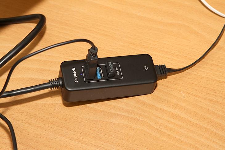 인텔 컴퓨트 스틱 설치, 윈도우10 설치하기,인텔,인텔 컴퓨트 스틱,Compute Stick,IT,IT 제품리뷰,후기,사용기,인텔 컴퓨트 스틱 설치 및 윈도우10 설치하기를 하도록 하겠습니다. 스틱PC라고도 불리는 이 물건은 작은 들고다니는 타입의 컴퓨터 입니다. 이미 작은 스틱형태의 안드로이드 기기들은 있었습니다. 하지만 대부분은 릴리즈를 해주는 것 이었는데요. 그런데 이번에 볼 인텔 컴퓨트 스틱은 컴퓨터 이므로 할 수 있는 것이 더 많습니다. 지금까지 있는 수많은 컴퓨터용 프로그램을 그대로 사용할 수 있고 윈도우10으로 올려서 이미 나와있는 수많은 앱 게임앱을 활용할 수 있죠. 과거에는 작은 컴퓨터라고 하면 성능도 많이 느려서 불편함이 분명 있었지만 이제는 기술발전 때문에 크기도 작아지고 꽤 쓸만한 작은 컴퓨터가 탄생을 했습니다. 인텔 컴퓨트 스틱 설치 후 이것이 어디에 많이 사용될까 고민을 해 봤습니다. 학생용 컴퓨터로 좋습니다. 일단 고사양 게임은 못하니 게임만 한다고 걱정하는일 좀 줄일 수 있구요. 물론 반농담이구요. 이미 집에 있는 모니터에 연결해서 기존 컴퓨터를 바꾸면서 모니터를 활용할 수 있습니다. 크기도 무척작고 전력소모량도 무척 작아서 동영상을 재생하는 멀티미디어 용으로 써도 좋습니다. 또는 중요한 시설에서 일을 할 경우 컴퓨터가 도난당할 것을 걱정하는 분들은 컴퓨터를 들고다니면서 그 위험에서 벗어날 수 도 있습니다. 가끔 태블릿PC 저렴한것이 더 좋다고 하는 분도 있지만 물론 어느정도 일리는 있으나, 작은 피씨는 자신이 원하는 디스플레이에 꽂아서 마음껏 사용이 가능하다는 장점은 있습니다.