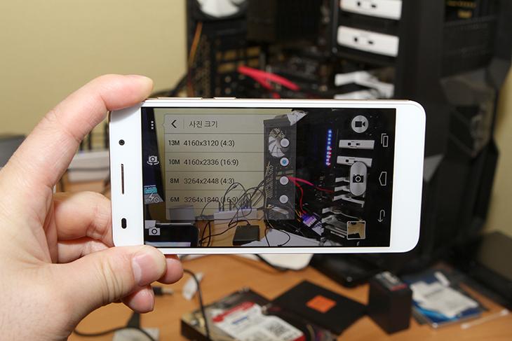 화웨이 X3 카메라, 기능, 살펴보기,IT 제품리뷰,IT,화웨이 X3,화웨이X3,풀포커스,최상의사진,사진,셀프카메라,셀카봉,화웨이,화웨이 X3 카메라 기능을 살펴보도록 하겠습니다. 후면카메라는 1300만 화소의 카메라가 사용되었습니다. 스마트폰 카메라는 2000만 화소까지 넘보고 있는 상황이기 때문에 사실 이부분은 대단해 보이지 않을 수 도 있습니다. 다만 전면카메라를 500만화소를 넣어서 화웨이 X3 카메라는 꽤 쓸만해졌습니다. 최근들어서는 셀카봉을 들고 여행을 하면서 사진찍는 사람들이 많아졌습니다. 과거에는 디지털카메라를 들고 사진을 대신 찍어달라고 옆사람에게 부탁하곤 했는데요. 요즘에는 스마트폰으로도 꽤 쓸만한 사진을 찍을 수 있게 되어서 남에게 부탁하지 않고 손으로 들고 찍거나 또는 셀카봉으로 찍는 사람이 더 많아졌다는 것이죠. 화웨이 X3 카메라중 전면카메라는 화소가 올라간만큼 화각도 좀 더 넓어졌습니다. 손으로 들고 사진을 찍을 때 손을 최대로 뻗으면 좀 더 많은 풍경을 한 화면에 담을 수 있습니다.화웨이 X3 카메라는 화면이 꺼진상태에서 볼륨 버튼을 빠르게 두번 눌러서 즉각적으로 카메라 실행 및 사진 촬영을 할 수 있습니다. 아주 급하게 빠르게 사진을 촬영해야할 때 활용할 수 있는기능으로 보통 0.7 ~ 1.4초 만에 사진을 찍을 수 있습니다. 화면켜고 카메라 실행 후 사진찍고 이럴 시간이 부족할 때 활용해보면 정말 좋은 기능 입니다.