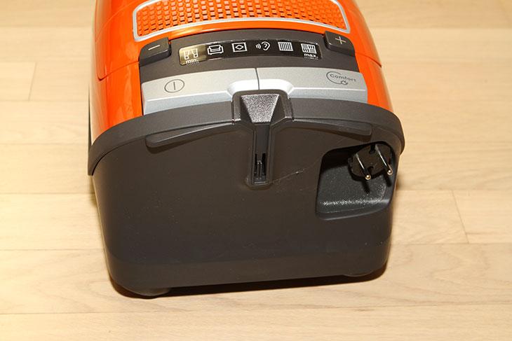 밀레 청소기 S8330 사용기,밀레 청소기 S8330 후기, 전력소모량 ,소음, 측정,밀레청소기,밀레 청소기,miele 청소기, miele S8330,S8330 청소기,IT,IT 제품리뷰,청소기,청소기 추천,밀레 청소기 S8330 사용 후기를 올려봅니다. 지금 올려진 글들 중에서는 가장 자세하지 않을까 싶은데요. 전력소모량 소음 측정도 간단히 해 봤습니다. 영상으로도 설명하는 부분을 넣었으니 아마 청소기에 대해서 궁금하신 분들은 도움이 될듯 싶네요. 밀레 청소기 S8330 사용 후기를 준비하면서 여러가지로 사용을 해봤었는데요. 가장 맘에 드는건 개인적으로는 강한 흡입력과 배출구가 위로 나와있는점 그리고 줄감아서 넣는 부분이 힘이 상당히 쌘 부분이 맘에 드네요. 그전에 쓰던 청소기의 경우 줄을 감아서 넣을 때 제가 밀어넣다 싶이 넣어야 들어갔었거든요. 이제는 그냥 버튼 한번만 누르고 놓으면 줄이 자동으로 힘차게 감겨 들어가네요. 밀레 청소기 S8330 사용 후기 영상을 보시면 그부분 설명도 함께 나옵니다. 브러쉬가 본체에 장착되는 형태로 보관할 수 있어서 겉부분도 깔끔하면서 모든 청소도구를 보관할 수 있어서 좋습니다. 디자인도 밀레가 깔끔하게 나온 형태이구요. 저는 밀레세탁기와 밀레전기건조기 식기세척기까지 구매해서 쓰고 있는데요. 저는 식기세척기가 개인적으로 더 좋긴 한데 (시간을 벌어주므로) 보통 Miele 하면 진공청소기를 떠올리는 분들이 더 많다죠. 그럼 이 청소기 좀 자세히 알아봅시다.