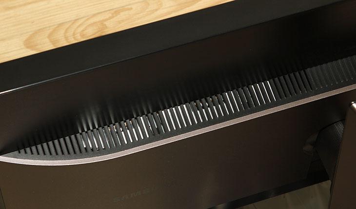 삼성 S32D850, 삼성 S32D850 장점, 삼성 S32D850 사용기, 삼성 S32D850 해상도, 삼성 S32D850 WQHD, WQHD, 32인치, SD850T, 27인치, 삼성모니터, IT,삼성 S32D850 WQHD 해상도의 편리함을 확인해 봤습니다. 32인치의 장점은 확실히 있었습니다. WQHD에 대한 사용자들의 인식은 사진편집용으로는 좋지만 글자가 좀 작게 떠서 불편하지 않느냐는 것 입니다. 실제로 많은 사람들이 그것을 묻게 됩니다. 삼성 S32D850 WQHD 해상도가 적절한 이유는 32인치의 화면을 가지고 있기 때문입니다. 풀HD 해상도에서 적정 화면이 27인치인 이유로 WQHD의 적정 화면은 32인치라는 것 입니다. 그런 이유로 더 높은 해상도와 작은 화면에 불편함을 느낀 사용자들이 오픈프레임의 모니터를 직접 만들어서 사용을 하곤 했었죠. 27인치에서 WQHD를 써본적이 있어서 비교를 해보면 좀 더 넓은 화면에 보다 많은 작업을 하면서도 글자는 물론 오브젝트를 좀 더 크게 볼 수 있습니다. 27인치의 느낌으로 화면을 그대로 더 확장해놓은 그런 느낌이죠.  전력소모량도 사용전에는 좀 걱정을 했었는데 실제 측정한 결과 밝기가 최대인 상태에서는 HPM-100A로 측정시 54.93W가 측정되었고 50% 밝기에서는 38.15W가 측정되어서 걱정할 정도는 아니었습니다. 이 전력소모량은 WQHD의 다른 모니터중 27인치의 수준과 크게 차이나지 않는 정도 입니다. 발열도 생각보다는 낮아서 30인치 이상 모니터에서의 고발열 걱정도 하지 않아도 될듯하네요.  패널은 명암비가 좋은 VA패널을 사용했습니다. VA패널은 IPS와 TN 계열의 패널보다 명암대비가 더 좋습니다. 단점이라면 위에서 아래로의 시야각이 IPS 패널에 비해서 떨어진다는 점인데요. 하지만 VA패널도 특성을 많이 올려서 178도까지 시야각을 개선해서 이제는 크게 차이가 나지 않을정도까지 올라왔습니다. 비교를 굳이 하면 IPS 패널보다 시야각이 떨어지긴 하지만 물론 너무 높은부분에서 아래로 보는 경우는 드물기 때문에 시야각은 걱정할 정도는 아니더군요. 또 다른 VA패널의 단점 부분은 반응속도가 상대적으로 느리다는 것인데 이것도 튜닝을 해놓아서 잔상이 생겨서 불편하거나 하지 않더군요. 빠른 화면 전개의 FPS 게임인 배틀필드4를 해봤었는데 TN패널과 비교해도 크게 차이를 느끼지 못해서 게임용으로 써도 괜찮겠더군요. 참고로 이 모니터에는 설정 중 반응속도를 빠르게 또는 가장 빠르게 설정하는 게임모드란 것도 존재합니다.  그리고 실제 사용하면서 알게된것이지만, 모니터암을 사용할 수 있습니다. 삼성의 프리미엄 모니터 경우 디자인 적인 부분 때문에 모니터 받침대와 모니터가 분리되지 않는 타입이 많았는데, 이 모니터는 모니터암을 사용할 수 있도록 해놓았습니다. 후면의 디자인을 크게 바꾸지 않으면서도 모니터 암 사용이 가능하더군요. 물론 기본으로 제공하는 모니터 받침대도 상당히 훌륭했습니다. 틸트는 물론 피벗이 되고 받침대를 돌리지 않고도 왼쪽 또는 오른쪽으로 꺽어둘 수 있어서 너무 좋았습니다. 화면은 빛반사가 없는 타입인데 베젤은 물론 받침때 까지도 유광재질이 아닌 빛반사 및 얼룩이 생기지 않는 재질을 쓴점도 너무 맘에 들었습니다.