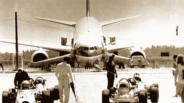 사진 : 에어캐나다 항공기가 연료 착각문제로 비상착륙한 김리 공군기지 사건의 현장 모습. [버드 스트라이크 - 항공기 추락사고와 조류충돌]